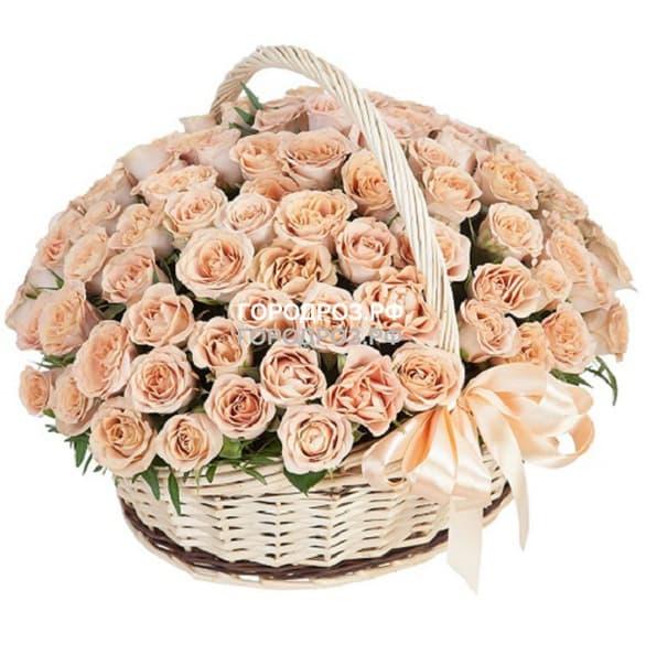 Персиковые розы в корзине