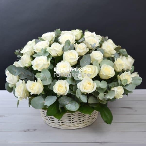 Белые розы с зеленью в корзине