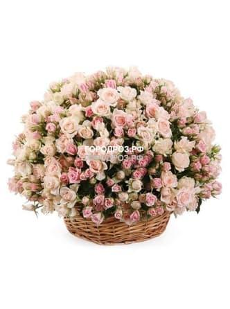 Нежно-розовые кустовые розы в корзине