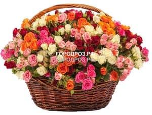 Кустовые розы в корзине микс разноцвет