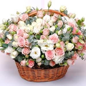 Кустовые розы в корзине с эустомой