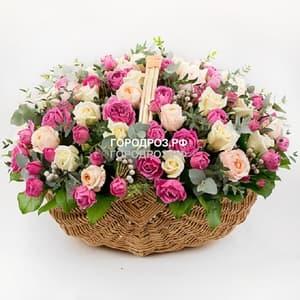Кремовые одноголовые и розовые кустовые розы в корзине