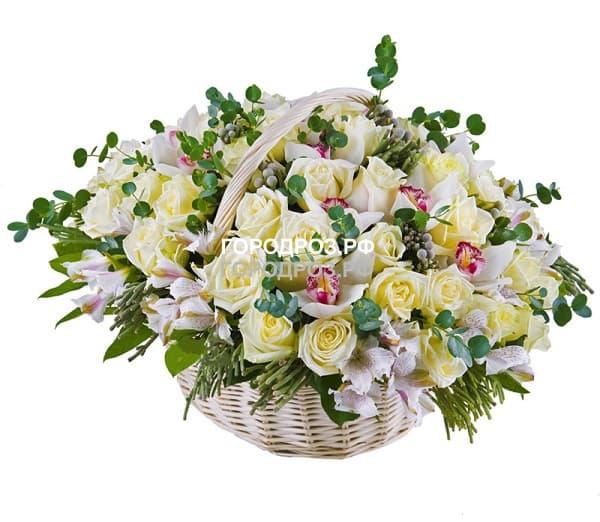 Белые розы в корзине с орхидеей и альстромерией