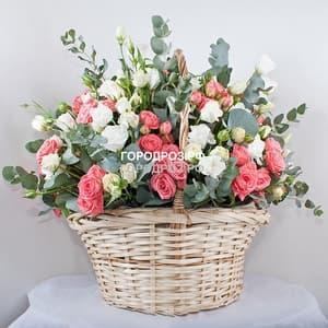 Белые и розовые кустовые розы в корзине с эустомой