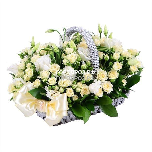 Белые кустовые розы в корзине с эустомой