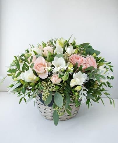 Розовые кустовые розы в корзине с фрезией