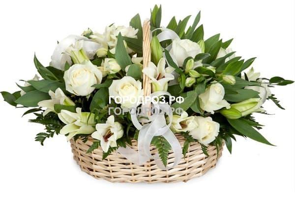 Белые розы в корзине с лилией