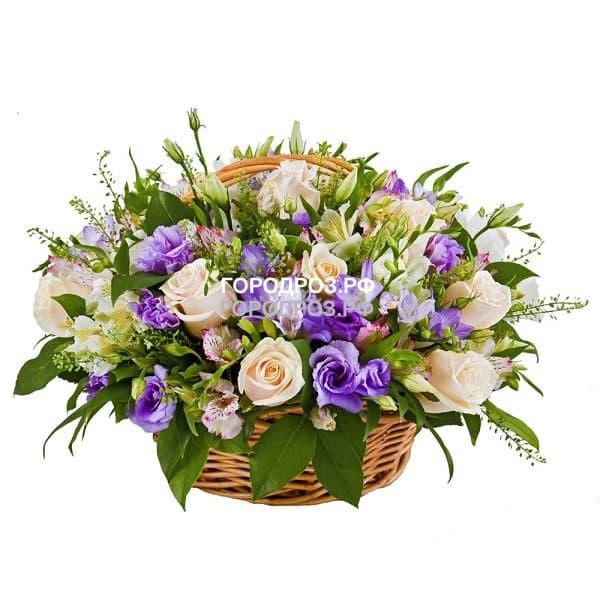 Кремовые розы в корзине с эустомой и альстромерией
