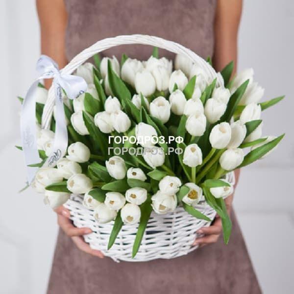 Средняя корзина белых тюльпанов