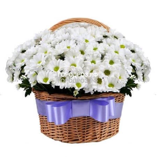 Корзина с белыми хризантемами кустовыми