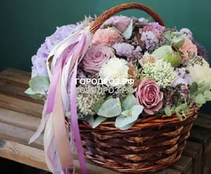Розы в корзине с гортензией и гвоздикой
