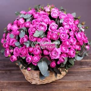 Пионовидные кустовые розы в корзине
