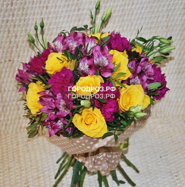 Сборный букет с розами, альстромерией и гвоздикой