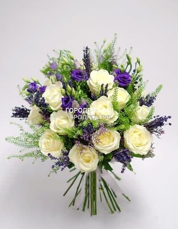 Сборный букет с розами, эустомой и лавандой