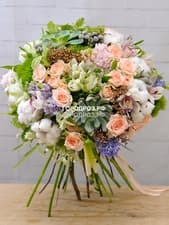 Сборный букет с кустовыми розами, альстромерией, орхидеей и гиацинтами