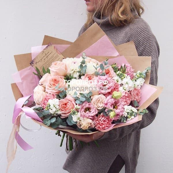 Сборный букет с пионовидными розами, эустомой, матиолой и гвоздикой
