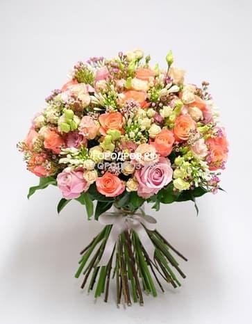 Сборный букет с розами, кустовыми розами и эустомой