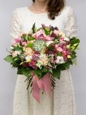 Сборный букет с кустовыми розами, орхидеей, гвоздикой и эустомой