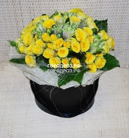 Кустовые розы и Альстромерия в шляпной коробке