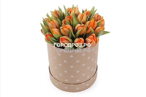 Оранжевые тюльпаны в шляпной коробке