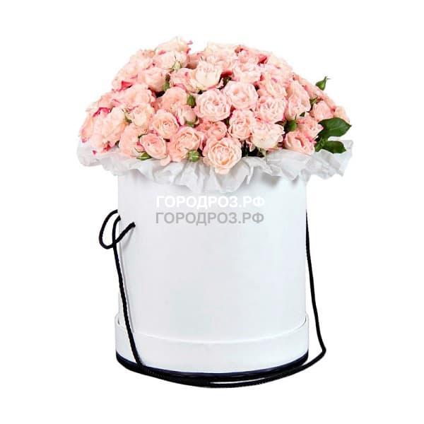 Нежно-розовые кустовые розы в шляпной коробке