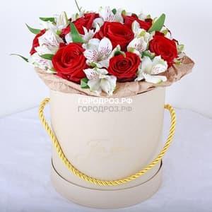 Розы и Альстромерия в шляпной коробке