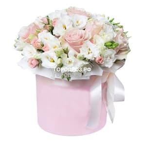 Розы Эустома и Фрезия в шляпной коробке