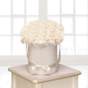 Белые гортензии в шляпной коробке