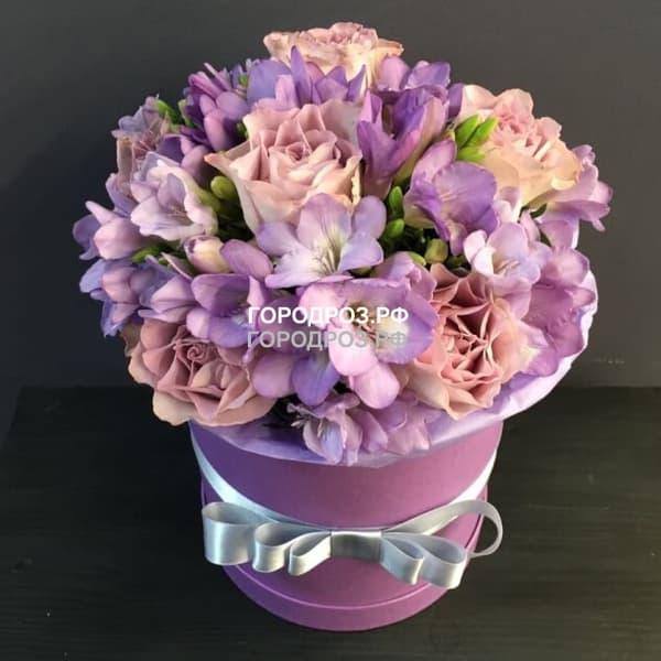 Розы и Фрезия в шляпной коробке