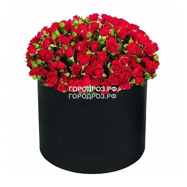 Красные кустовые розы в шляпной коробке
