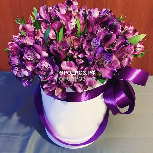 Фиолетовые альстромерии в шляпной коробке