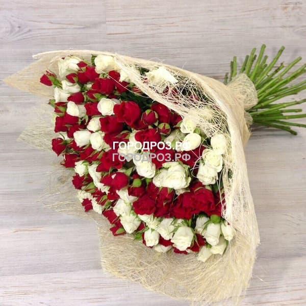 Букет из 51 кустовой розы Микс красные и белые