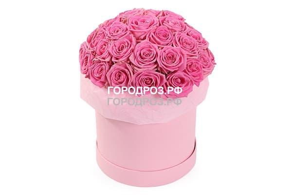 Розовые розы в шляпной коробке
