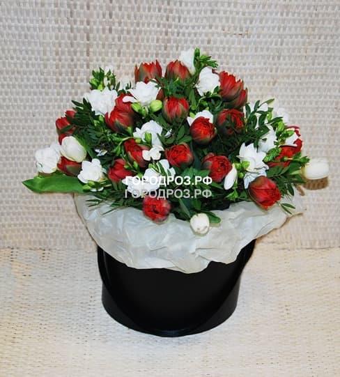 Тюльпаны и Фрезия в шляпной коробке