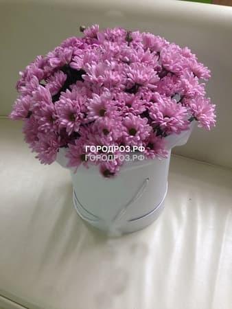 Розовые кустовые хризантемы в шляпной коробке