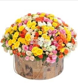 Кустовые розы разноцветные микс в шляпной коробке